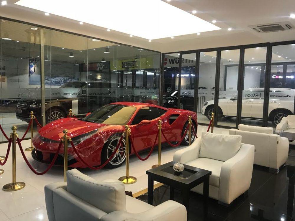 """... chịu chơi của mình trong giới chơi xe khi bỏ ra 5000 USD (~ 113 triệu  VNĐ) để phủ gốm toàn bộ ngoại thất cho """"con cưng"""" Ferrari 488 GTB của mình."""