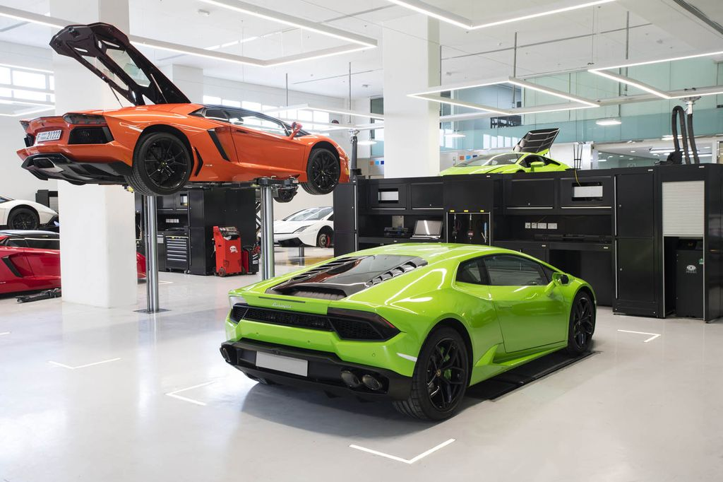 lamborghini m showroom l n nh t c a m nh t i dubai. Black Bedroom Furniture Sets. Home Design Ideas