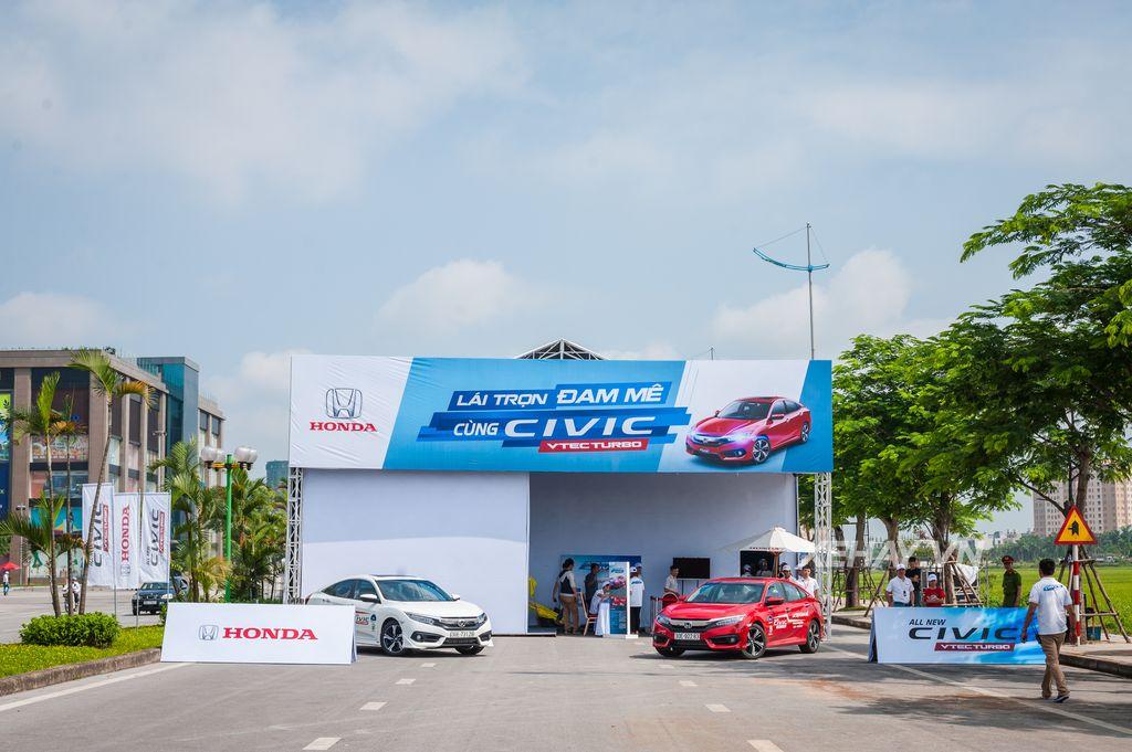 Khách hàng Hà Nội hào hứng trải nghiệm Honda Civic hoàn toàn mới
