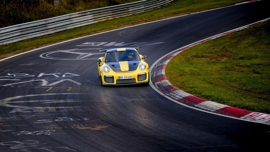 Siêu xe Porsche 911 GT2 RS 2018 suýt phá kỉ lục trường đua Nurburgring