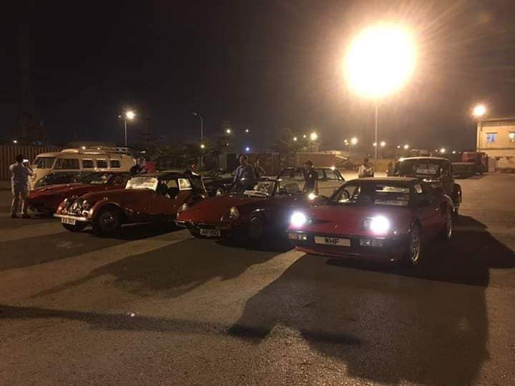 Bộ đôi siêu xe Ferrari Mondial và 550 Maranello lạ lẫm bất ngờ cập cảng Việt Nam cùng dàn xe cổ khác - Hình 1