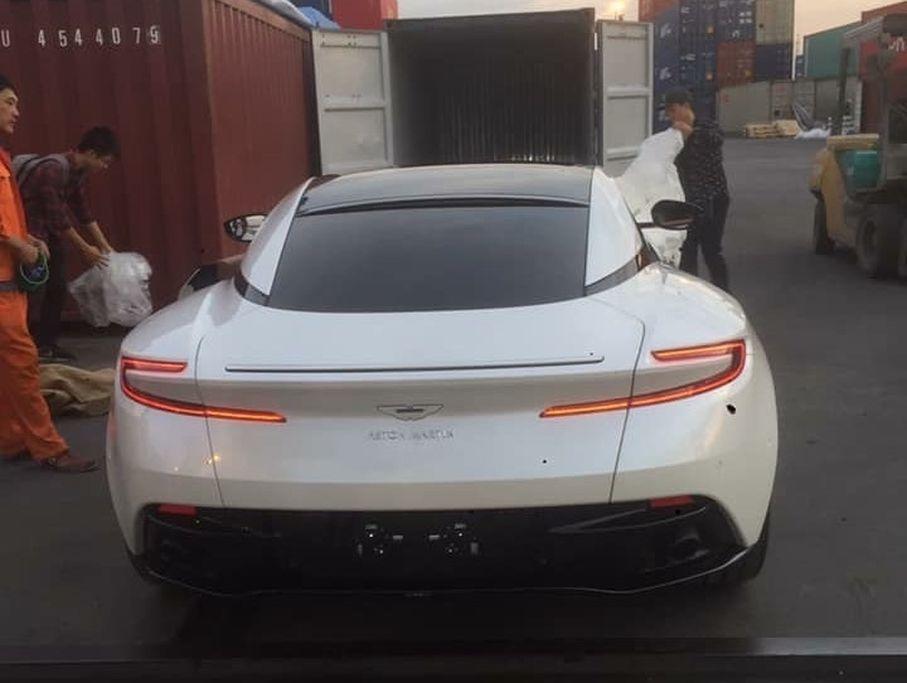 Hang độc Aston Martin Db11 V8 Mau Trắng đầu Tien Cập Bến Việt Nam