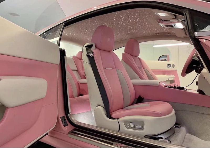 """Rolls-Royce Wraith """"bánh bèo chúa"""" với sắc hồng từ trong ra ngoài"""