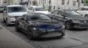 Aston Martin Vantage mới nổi bật giữa dòng xe cộ trên phố Pháp