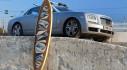 """""""Khó đỡ"""" với việc Rolls-Royce siêu sang phải đội ván lướt sóng trên nóc"""