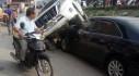 Hà Nội: Xe ô tô mất lái rơi trúng xe ô tô dừng đỗ ven đường