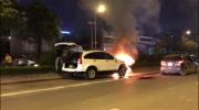 Hà Nội: Cận cảnh cứu chữa xe ô tô CR-V bốc cháy trên vành đai 3