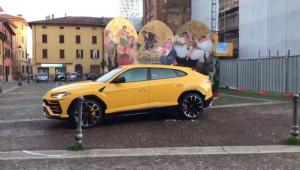 Lamborghini Urus đầu tiên lăn bánh trên phố bị