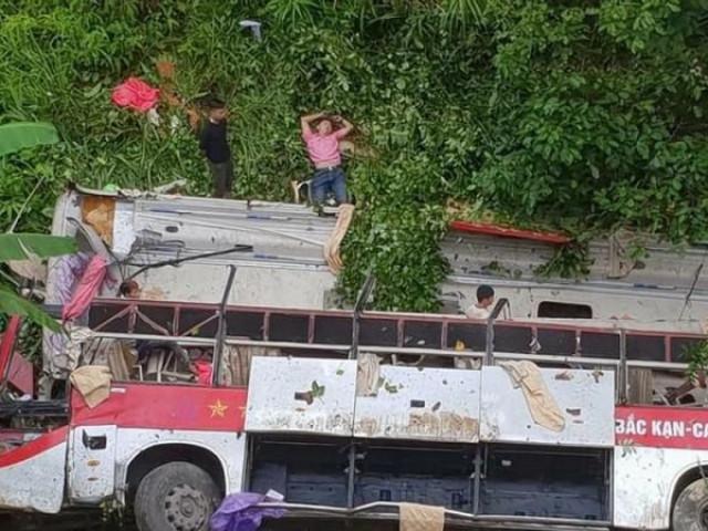 Xe khách chở 38 người lao xuống vực làm ít nhất 4 người chết